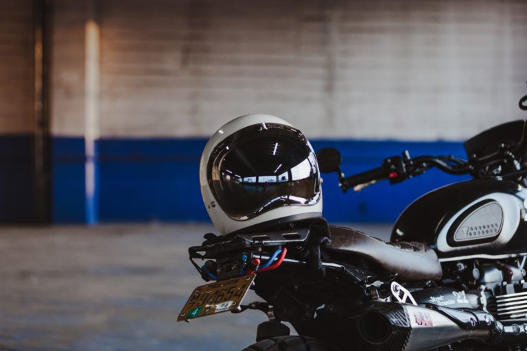 parking moto casque